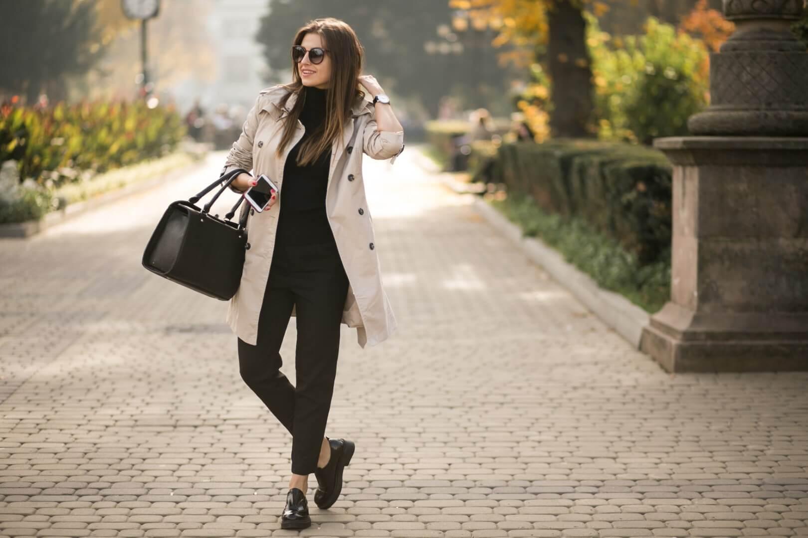 Vrouw met gepersonaliseerde luxe tas